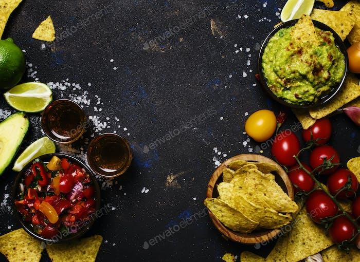 Nachos, Guacamole, Salsa-Sauce, schwarzer Hintergrund, Draufsicht