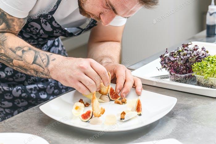 Der Küchenchef garniert Vorspeise