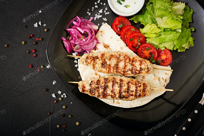 Hackfleisch Lula Kebab gegrillter Truthahn (Huhn) mit frischem Gemüse. Ansicht von oben