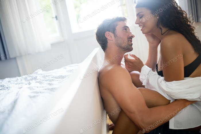 Attraktive junge sexy Frau mit ihrem Partner im Schlafzimmer