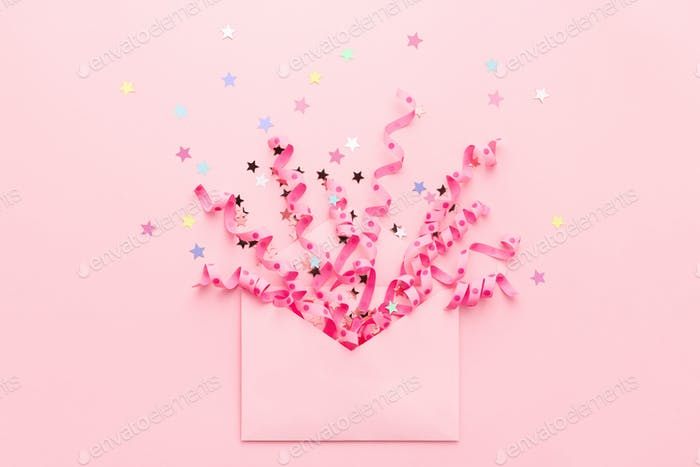 Party-Konfetti und Streamer Explosion aus Umschlag auf rosa Hintergrund.