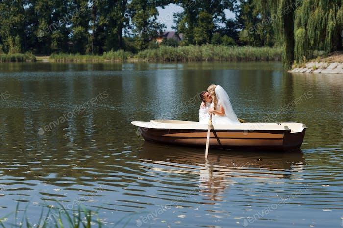 joven pareja de la boda navegando en el barco