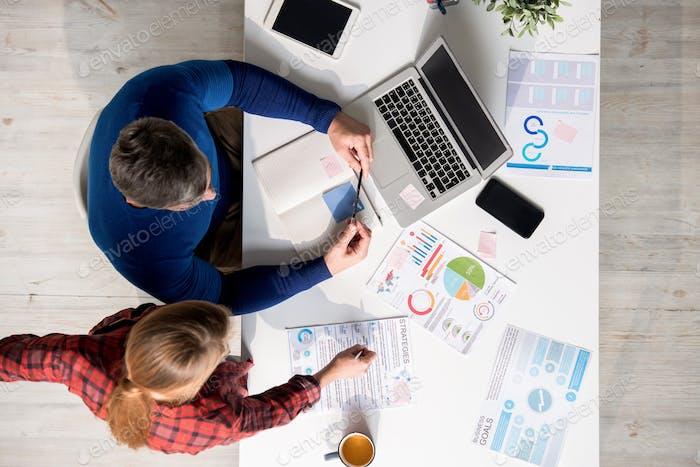 Mitarbeiter analysieren Strategien, während sie über den Ansatz nachdenken