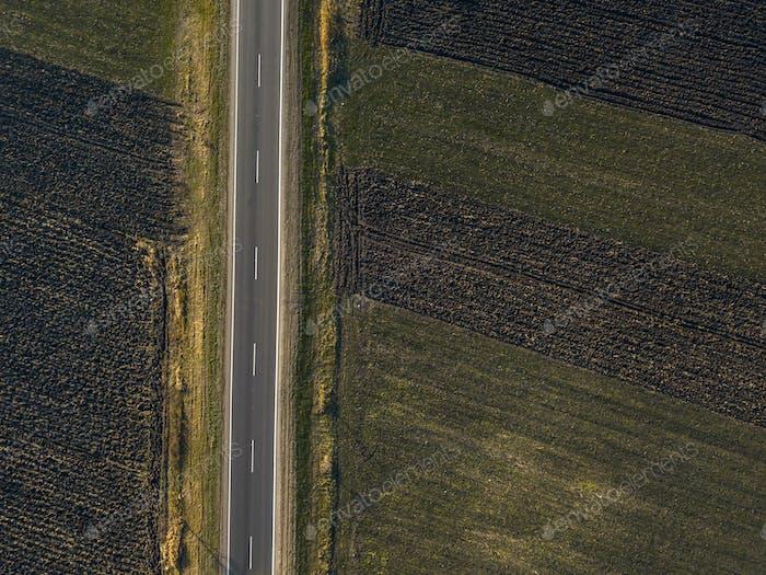 Luftaufnahme der leeren Straße durch die Landschaft