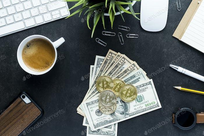 Escritorio de oficina con vista superior plana, bitcoin y dinero en dólares