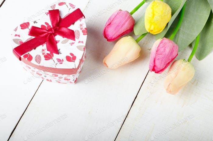 Hohe Winkel Schuss von rosa rosig und gelb Frühling Tulpe Blumen und