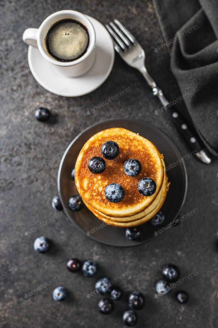 Süße hausgemachte Pfannkuchen und Heidelbeeren