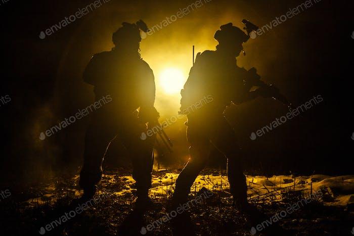 Schwarze Silhouetten von Soldaten