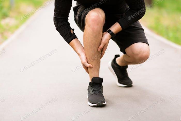 Wadensport-Muskelverletzung Läufer mit Schmerzen im Bein