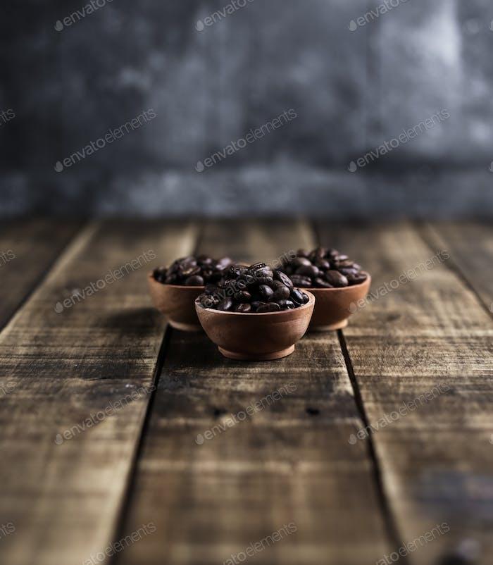 Kaffeebohnen mit Holzuntertasse