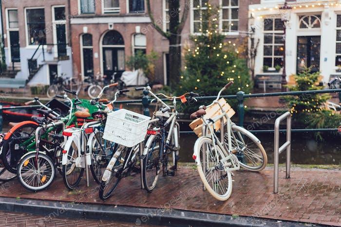 Fahrräder entlang einer Brücke über die Kanäle von Amsterdam