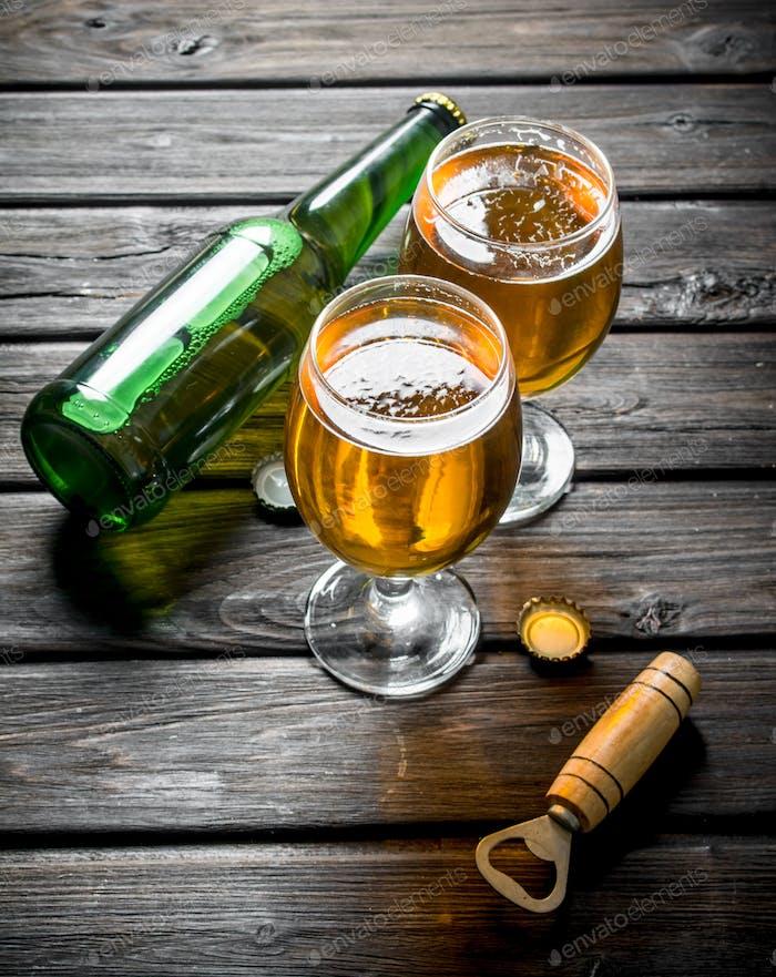 Gläser mit Bierflasche