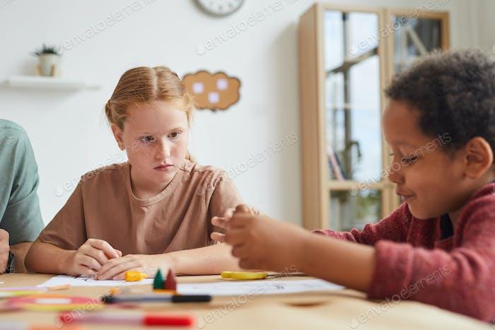 Kinder im Kunst- und Handwerkskurs