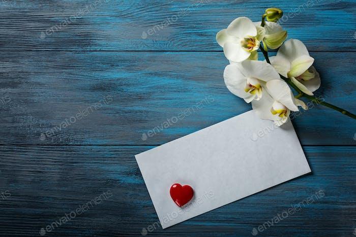 Weiße Orchidee auf blauem Holzhintergrund