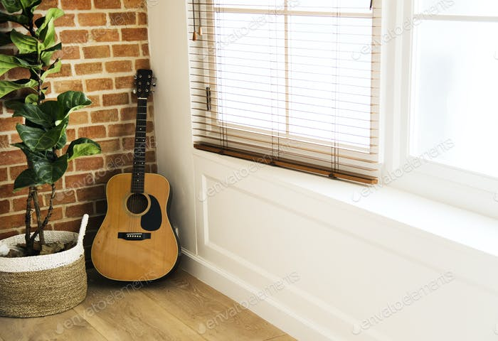 Gitarre und Pflanzkübel im Wohnzimmer