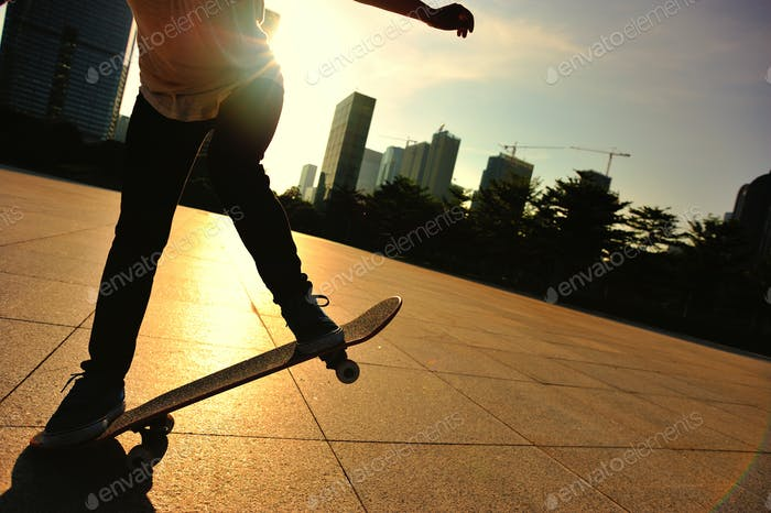 Skateboarder Skateboarding bei sunrise city