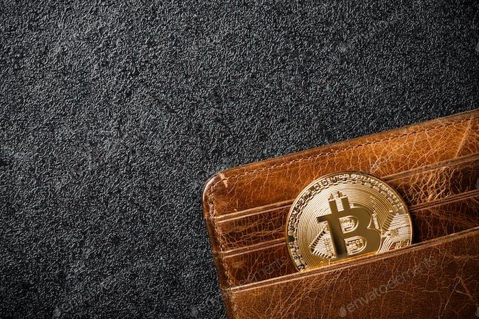 Moneda Bitcoin en cartera sobre Fondo negro