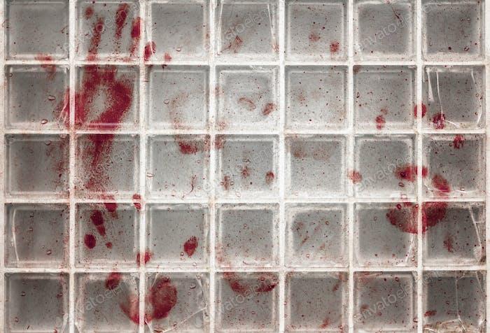 Blutige Fingerabdrücke auf dem Glas