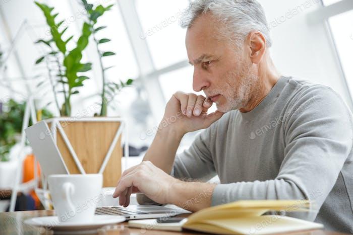 Konzentriert reifen senior businessman