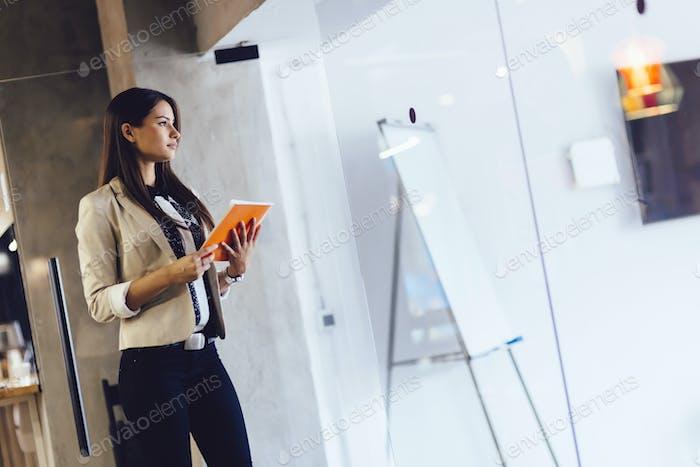 Geschäftsfrau hält ein Dokument