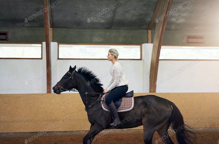 Profil einer Frau auf einem Pferd