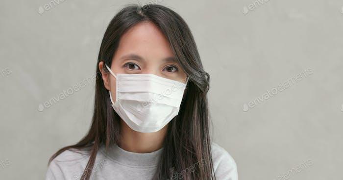 Frau, die Gesichtsmaske auszieht