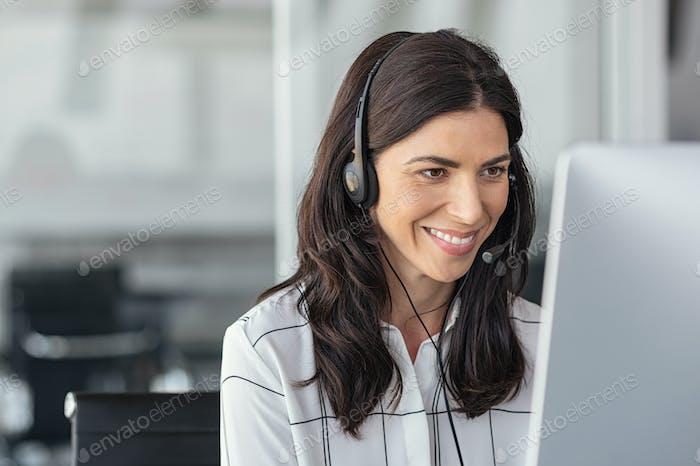 Lächelnde lateinische Frau in Call-Center