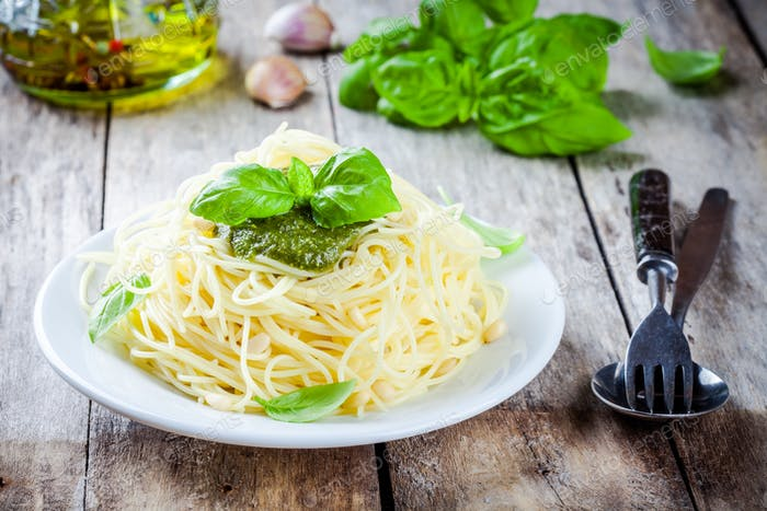 Spaghetti mit Pesto-Sauce und Basilikum