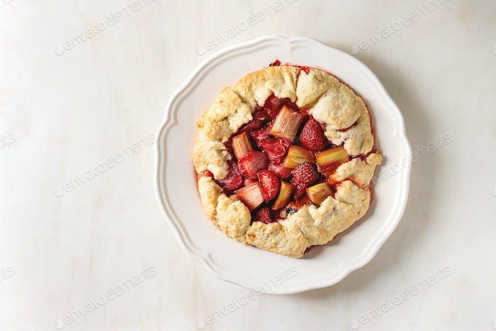 Erdbeere und Rhabarber Biskuitkuchen