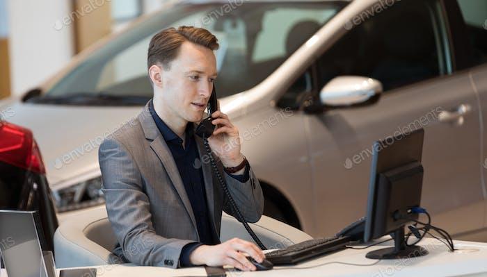 Verkauf telefonisch während der Verwendung des Computers
