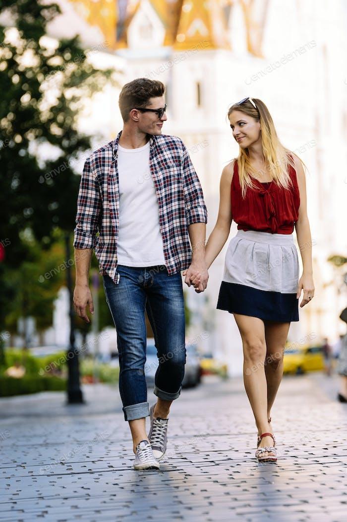 Romántica pareja joven caminando en la ciudad.