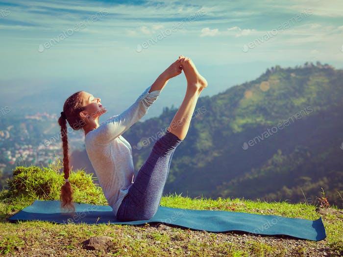 Frau tut Ashtanga Vinyasa Yoga Asana im freien