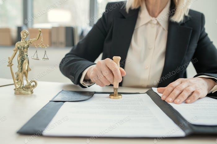 Anwältin stempelt Dokument