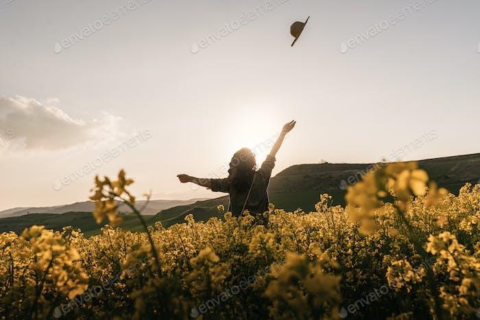 Rückansicht der glücklichen Frau auf dem Land