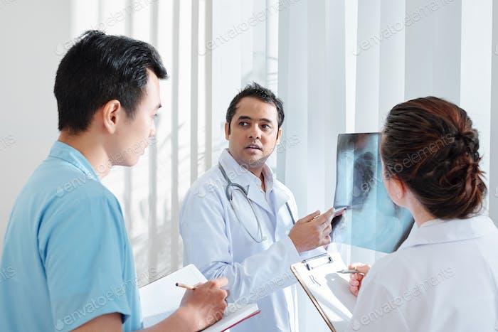 Pneumologe im Gespräch mit Kollegen