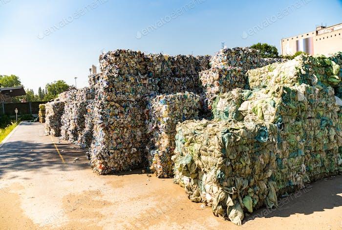 Kunststoff sortiert und andere Abfälle bereit für die Abfallbehandlung sortiert.