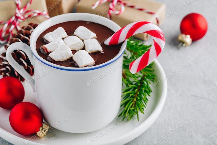 Festliche Weihnachten Heiße Schokolade mit Marshmallow und Zuckerrohr