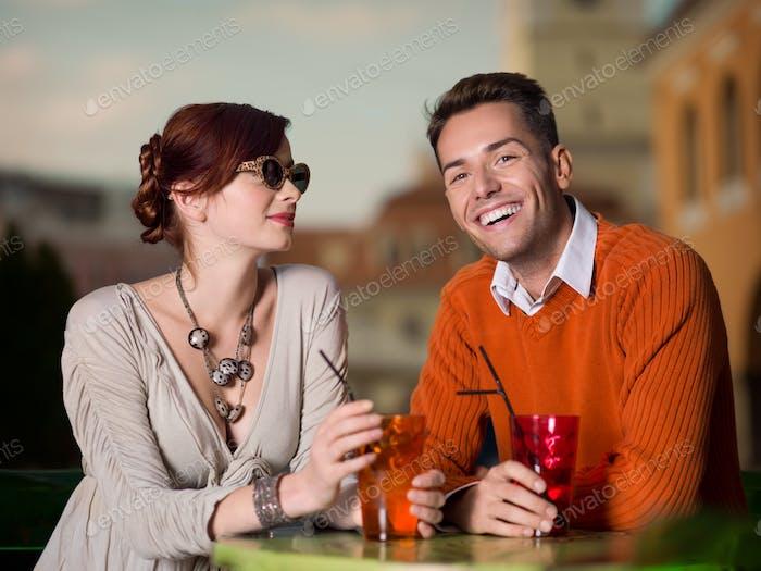 glückliches Paar genießen bunte Getränke