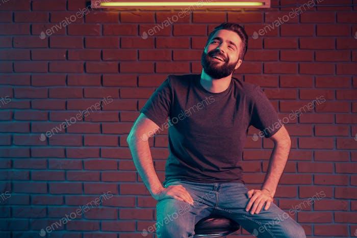 Fröhlicher junger Mann in einem Nachtclub