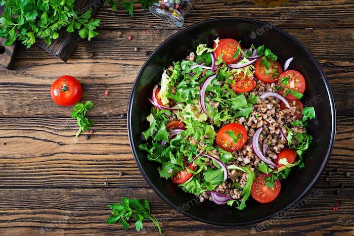 Buchweizensalat mit Kirschtomaten, roten Zwiebeln und frischen Kräutern