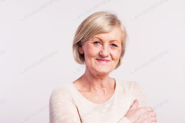 Porträt einer Seniorin im Studio.