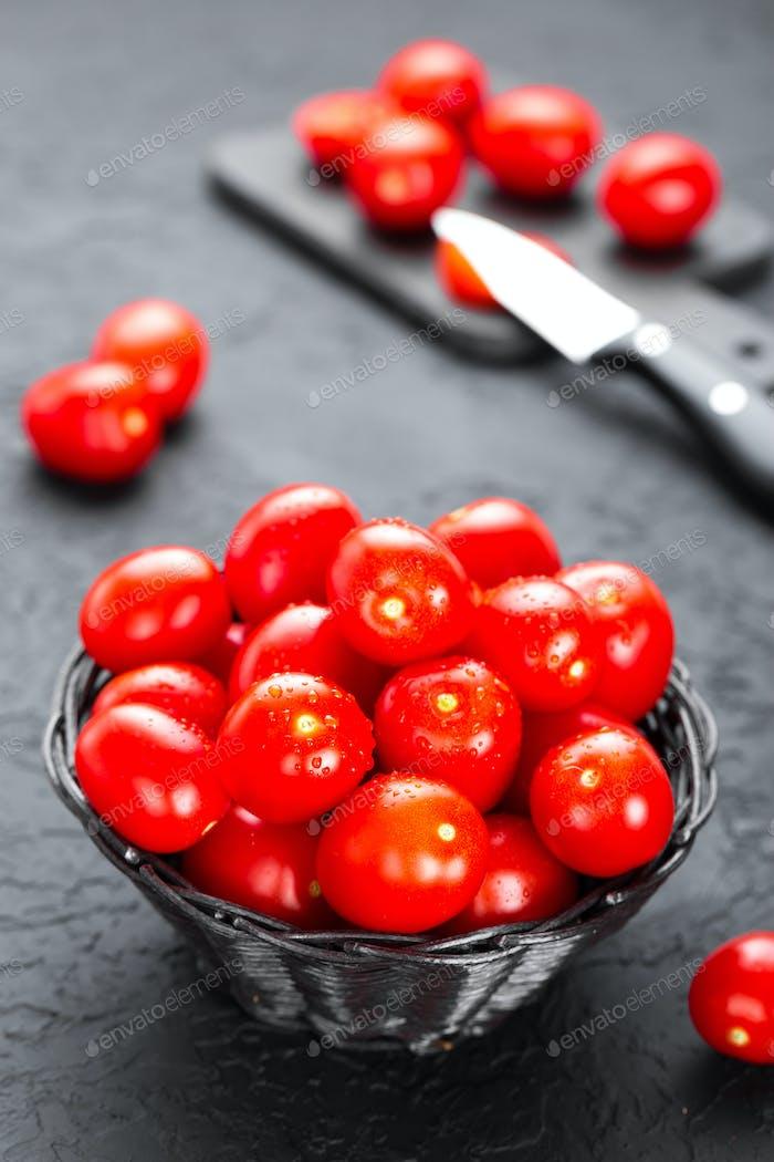 Tomaten. Frische Tomaten im Korb auf dem Tisch