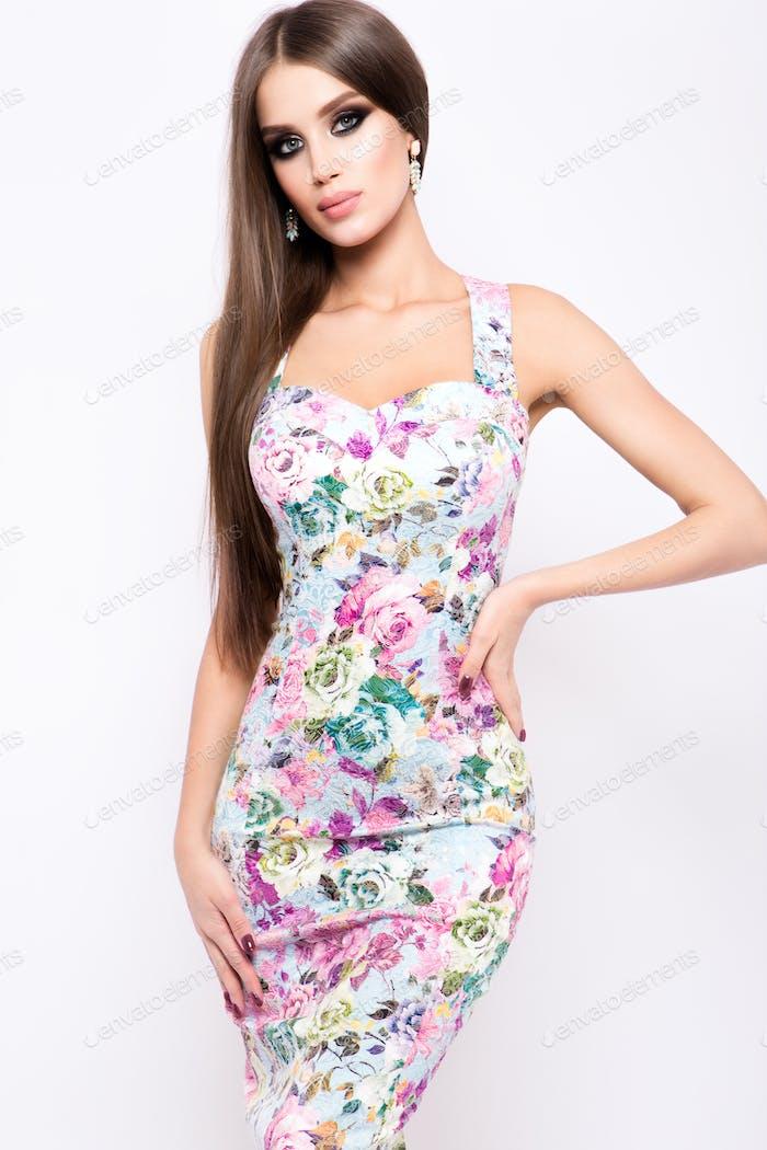 Модное фото молодой великолепной женщины в роскошном платье.