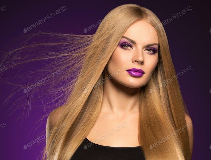 Schöne blonde Frau Frisur lange glatte lockiges Haar Mode Make-up