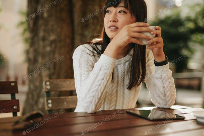 Attraktive junge Frau im Outdoor-Café