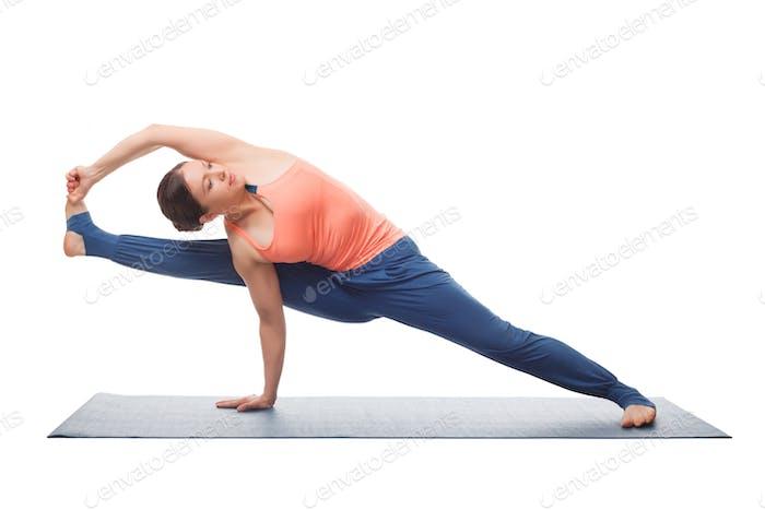 Schöne sportliche fit yogi Mädchen praktiziert yoga asana visvamitrasa