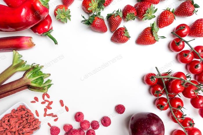 Luftaufnahmen mit rotem Obst und Gemüse auf weißem Hintergrund