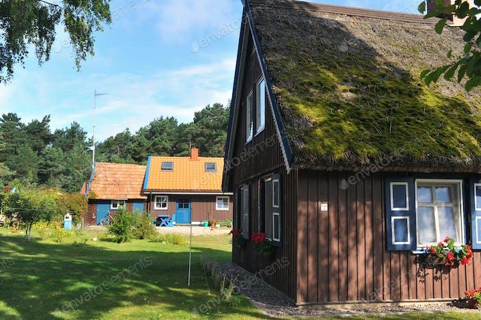 altes altes Holzhaus, rot, im europäischen Land Litauen, in der Kurstadt Nida, auf der