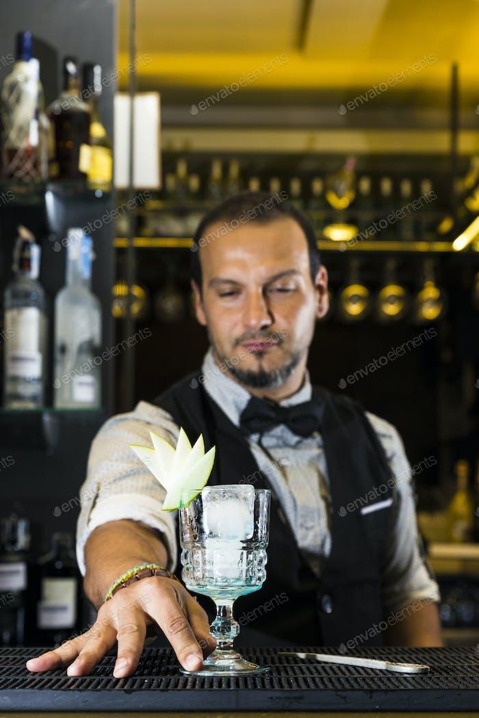 Barman macht einen Cocktail