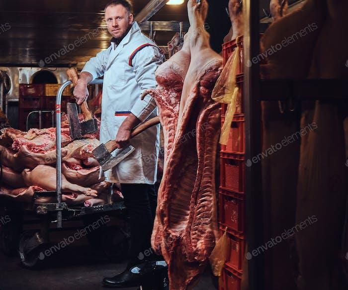 Ein Metzger in einer Fleischfabrik.